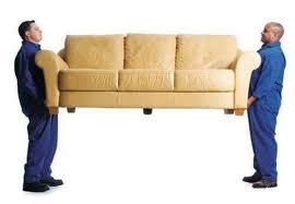Грузчики переносят мебель
