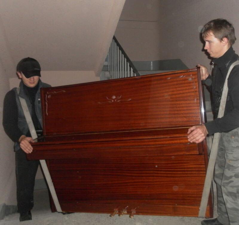 Подъём пианино по этажам грузчиками